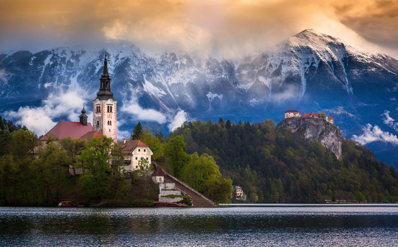 Lake-Bled-in-Julian-Alps-(Slovenia)